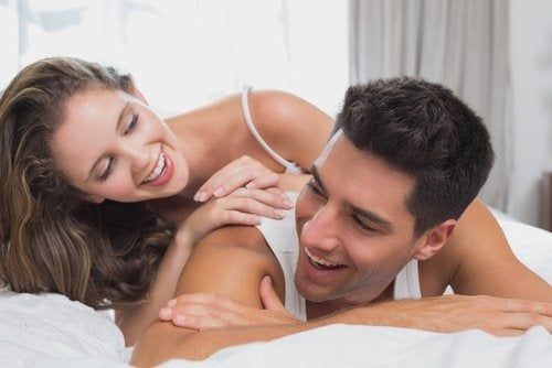 Coppia sorridente dopo il sesso