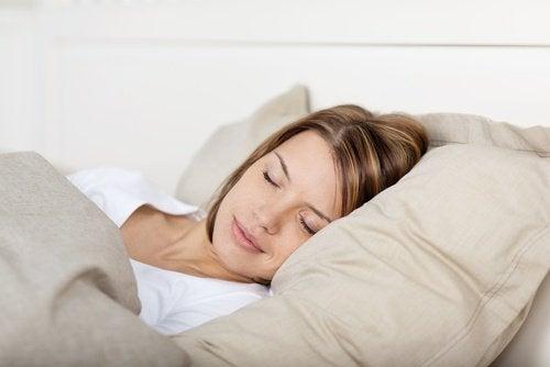 ragazza e cuscino per liberarsi di apnea del sonno
