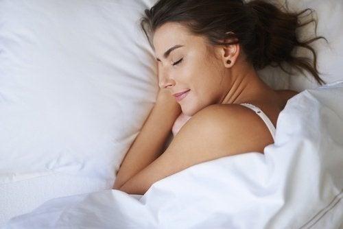 donna dorme nel letto serena