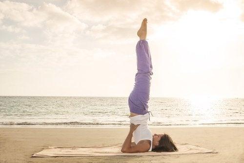 donna che fa esercizio in spiaggia