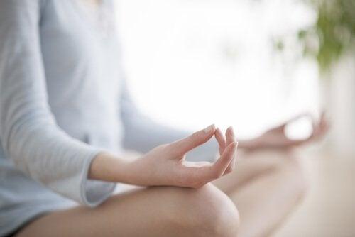 la depressione e i problemi cardiovascolari - donna che medita