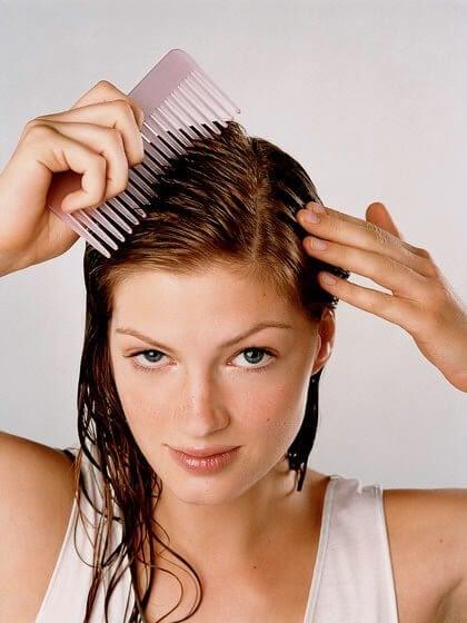 donna che si pettina i capelli