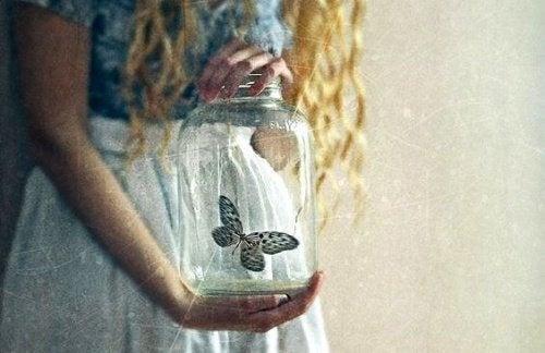 donna-con-barattolo-e-farfalla