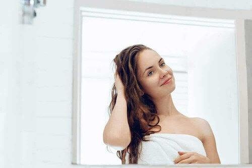 Donna allo specchio dopo la doccia.