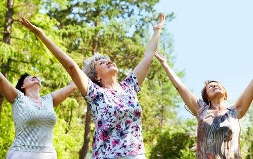 donne adulte con le braccia al cielo