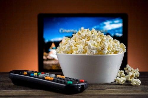 Guardare un film in casa.