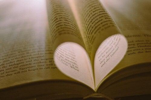 Leggere un libro.