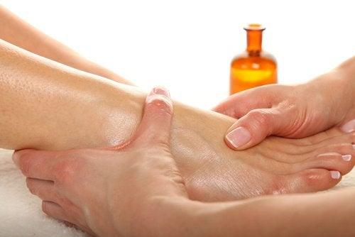 massaggio ai piedi con olio