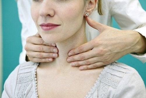 Medico diagnostica problemi alla tiroide