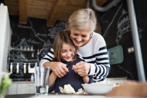 Nonna che cucina con la nipote