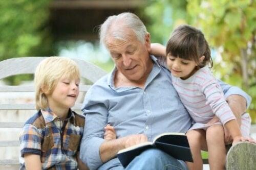 Nonno che legge le fiabe