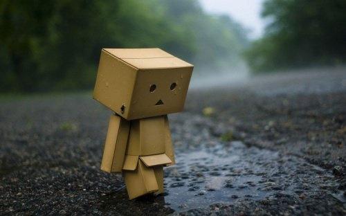 omino di cartone triste