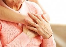 ragazza abbraccia una donna anziana