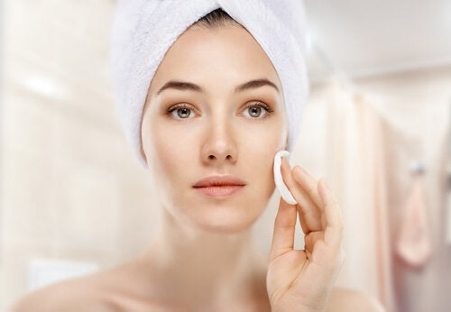 ragazza applica trattamento sul viso