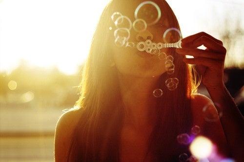 ragazza con le bolle di sapone