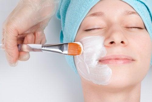 Ringiovanire il viso con maschere facciali