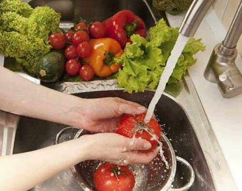 ragazza lava verdure salute tiroidea e immunitaria