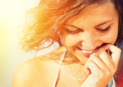 ragazza sorride salute tiroidea e immunitaria