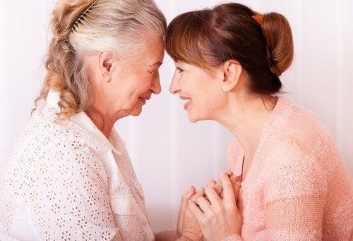 signora anziana che da la mano ad una donna più giovane