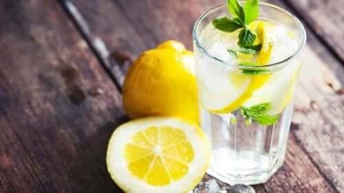 Acqua con succo di limone: perché fa bene?