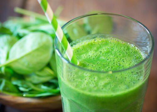 frullato verde prendersi cura della salute tiroidea