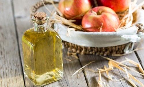 Uno dei rimedi contro l'onicomicosi è l'aceto di mele