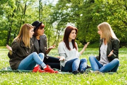 Amiche che discutono
