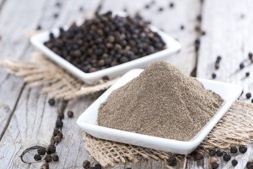 Pepe nero in polvere e in grani