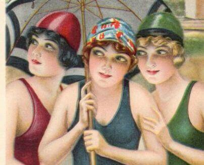 Tre amiche in costume da bagno sotto l'ombrello