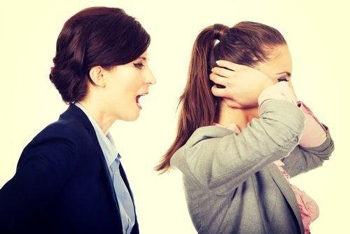 Donna che grida ad un'altra