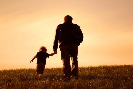 un nonno con il nipote per mano