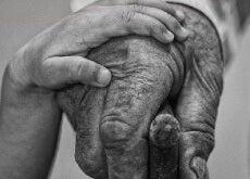mano di un nonno e nipote