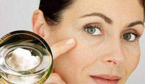 Pulire la pelle del viso per ridurre le macchie e le rughe