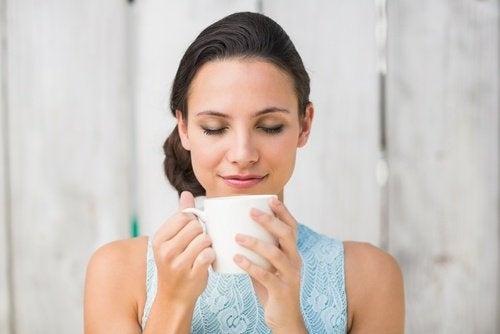 donna che beve l'infuso grasso addominale