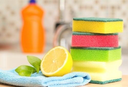Succo di limone per rimuovere le macchie di olio