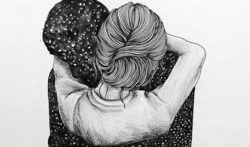 Abbraccio tra coppia