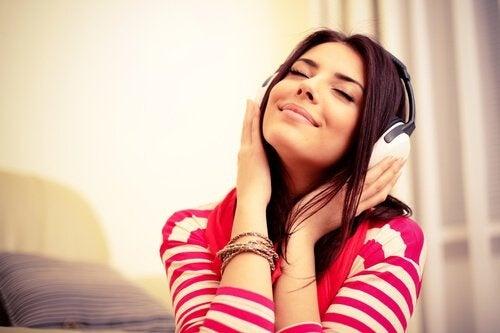 ragazza ascolta la musica con le cuffie