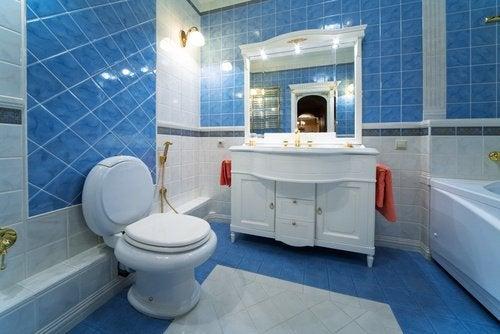 un bagno azzurro