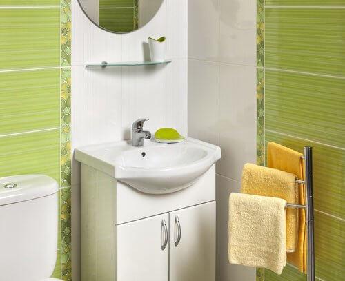 13 idee interessanti per arredare un bagno piccolo vivere pi sani - Idee per rivestire un bagno ...