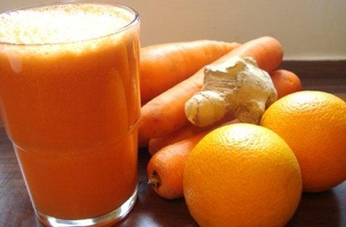 bicchiere con frullato all'arancia, carote e zenzero