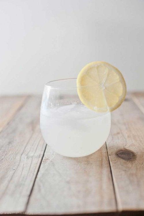 bicchiere d'acqua con una fetta di limone