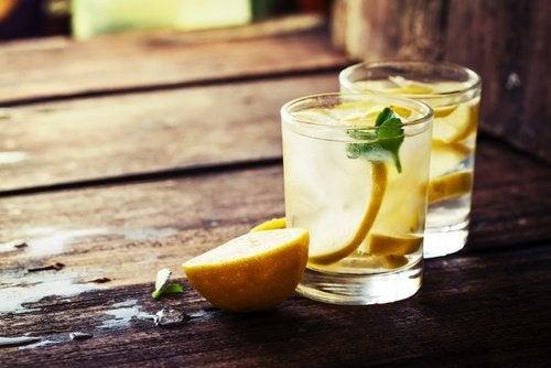 acqua detox con limone