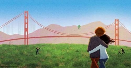 coppia che passeggia vicino ad un ponte apprezza piccoli gesti