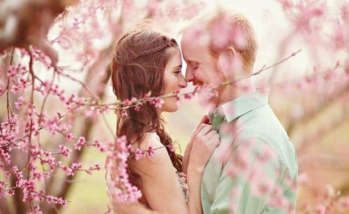 coppia felice in mezzo ad alberi in fiore