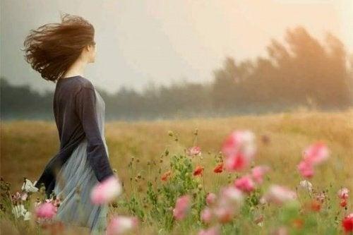 donna campo di fiori felici
