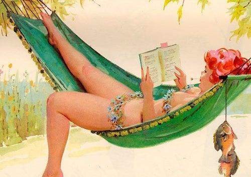 Donna legge libro su amaca
