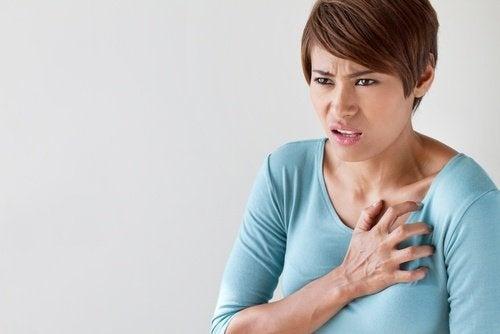 donna che si tocca il cuore palpitazioni