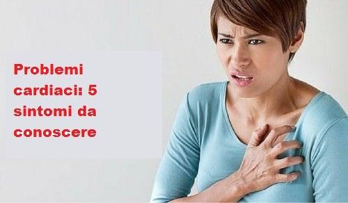 donna che si tocca il petto
