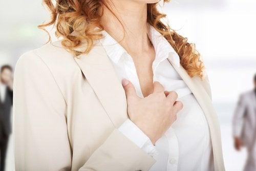 donna che si tocca il petto palpitazioni