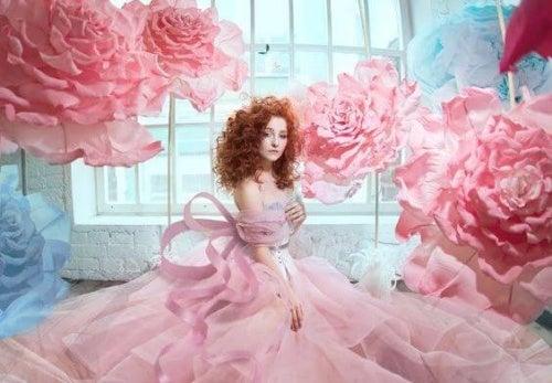 donna circondata da rose